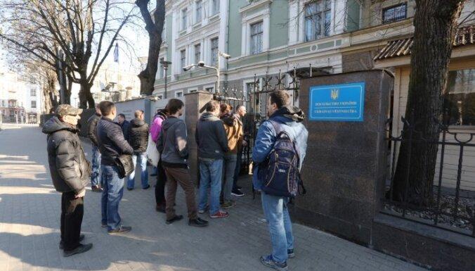 Pie Ukrainas vēstniecības Rīgā cilvēki gaida rindā, lai nobalsotu prezidenta vēlēšanās