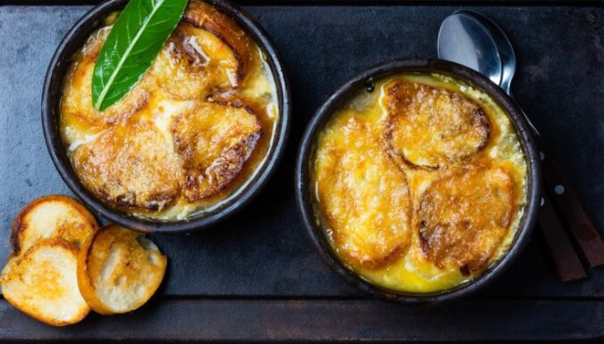 Шаг за шагом: как приготовить вкусный, дешевый и согревающий французский луковый суп