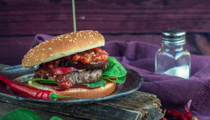 Pikantie liellopa gaļas burgeri