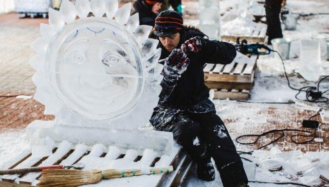 Foto: Jelgavā top iespaidīgas ledus skulptūras