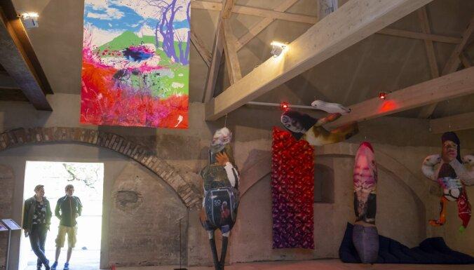 Foto: Cēsu Mākslas festivālā atklāta Mākslas akadēmijas studentu diplomdarbu izstāde
