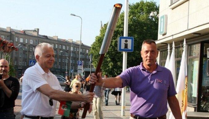 Fotoreportāža un video: Latvijas III Olimpiādes lāpa sagaidīta Liepājā