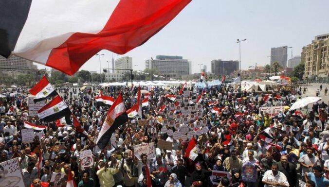 Kairas ielās uz demonstrācijām pulcējas Mursi atbalstītāji un pretinieki