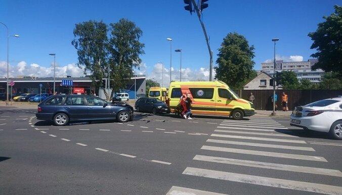 ФОТО. На перекрестке столкнулись два BMW, пострадали водители и пассажиры