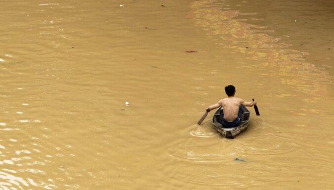 Lietusgāzēs Japānā miruši divi cilvēki; tūkstošiem cilvēkus evakuē