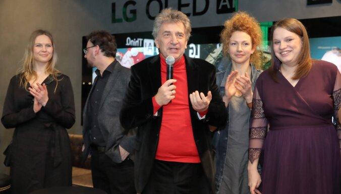 Foto: Raiba publika ierodas novērtēt Andreja Ēķa komēdiju 'Klases salidojums 2'