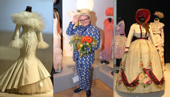 Foto: Spalvas, ādas un krinolīni – ieskats Vasiļjeva jaunākajā tērpu izstādē Rīgā