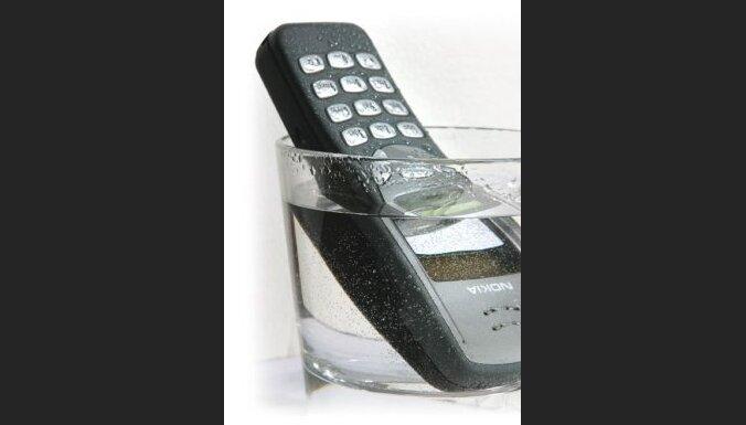 telefons glāzē