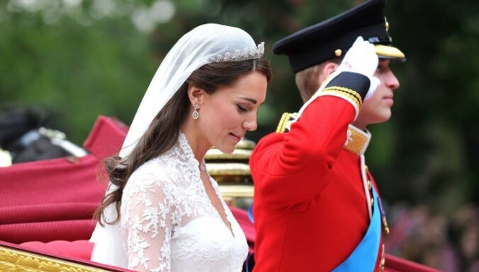 Ikoniskas kleitas, kuras ar spozmi valkājušas aktrises un karaļnama pārstāves