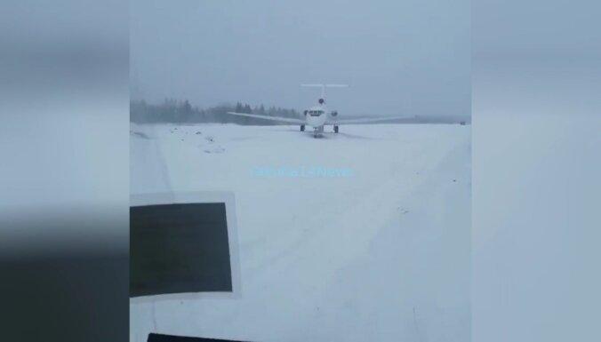 Video: Krievijā lidmašīna nosēžas uz nepabeigta skrejceļa
