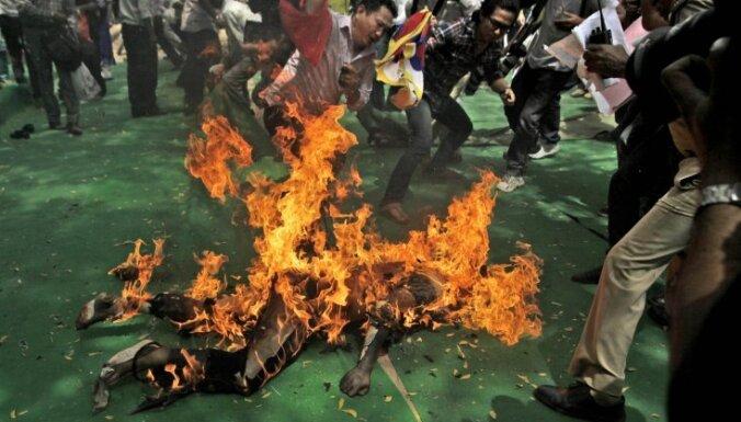Tibetā aizturēti simtiem cilvēku pēc mūku pašaizdedzināšanās svētdien Lhasā