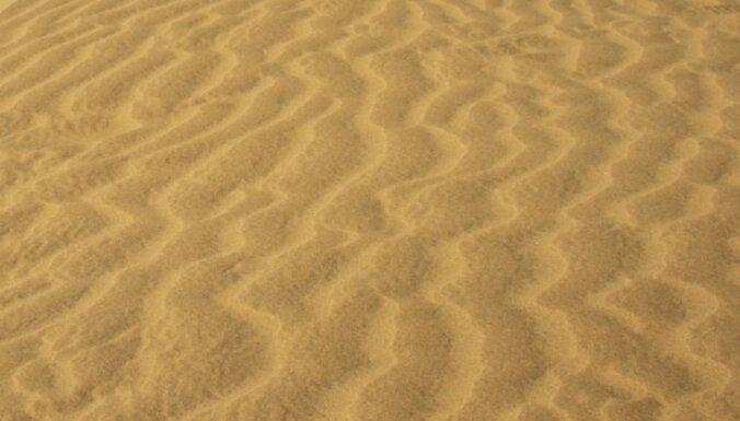 Tunisija pabeigusi veidot smilšu valni gar Lībijas robežu