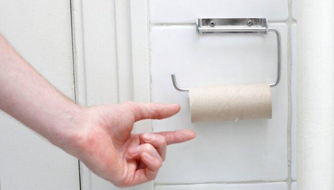 В рижских общественных туалетах дефицит мыла и бумаги: все воруют