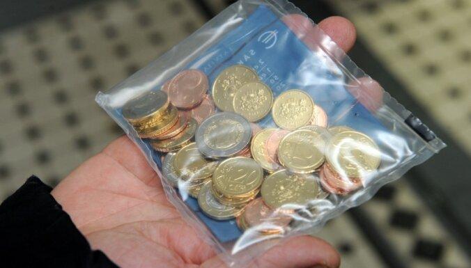 Латвийцы раскупили почти все стартовые комплекты евро