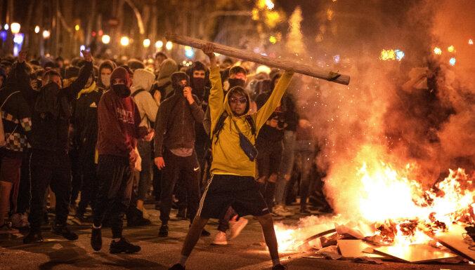 Протесты в Барселоне: демонстранты поджигают машины и строят баррикады