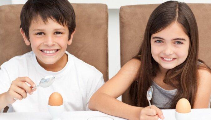 Desmit ieteikumi veselīgam uzturam bērniem vecumā no diviem līdz 18 gadiem