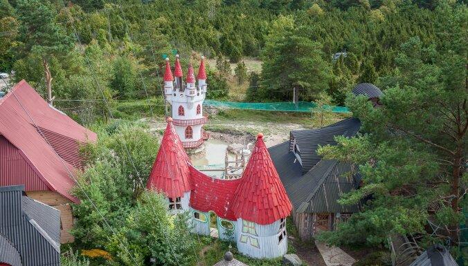 Hījumā Disnejlenda: savdabīgs parks Igaunijā ar savu Eifeļa torni