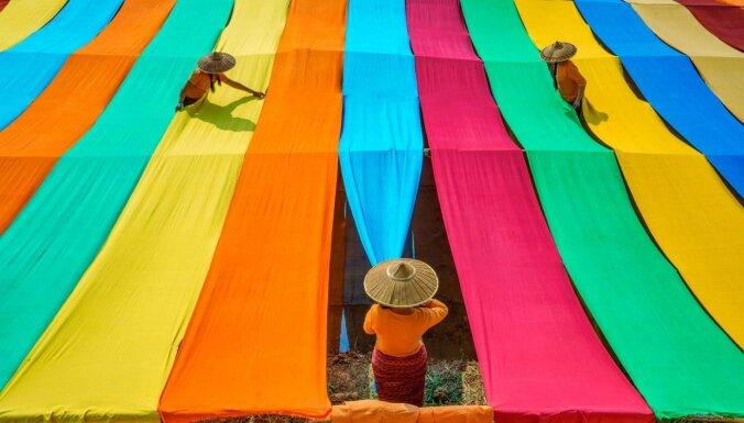 ФОТО. Цветные дорожки над водой: Как в Мьянме ткани сушат