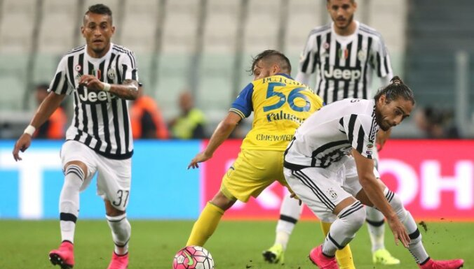 Juventus Uruguayan defender Martin Caceres (R)