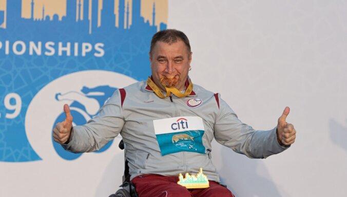 Foto: Aigars Apinis saņem pasaules čempionāta zelta medaļu