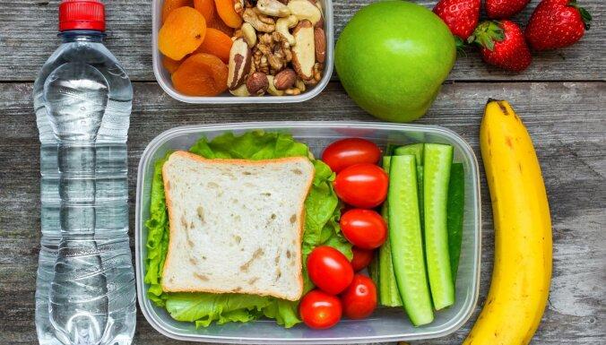"""Исследование: что жители Латвии предпочитают есть на завтрак, обед и ужин и кто чаще """"грешит"""" ночными перекусами"""
