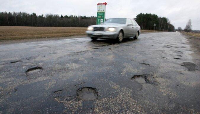 Самоуправления и дорожники пытаются улучшить финансирование латвийских дорог