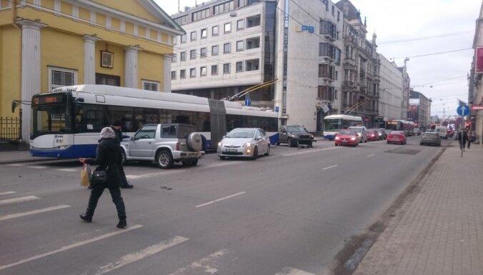 Brīvības ielā saduras divi auto un trolejbuss