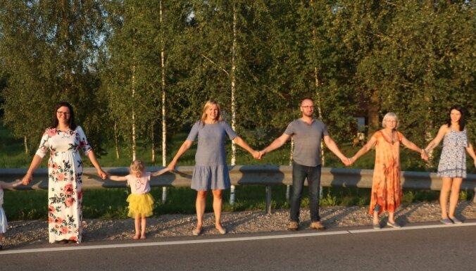 Foto: Penderos piemin Baltijas ceļa trīsdesmito gadadienu un sastājas ķēdes posmā