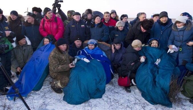 """""""Союз"""" с тремя космонавтами приземлился в степи"""