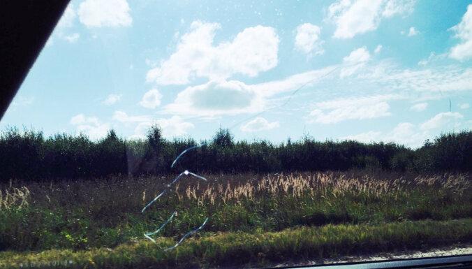 Akmeņi un šķembas vējstiklā – ikdiena uz Latvijas ceļiem