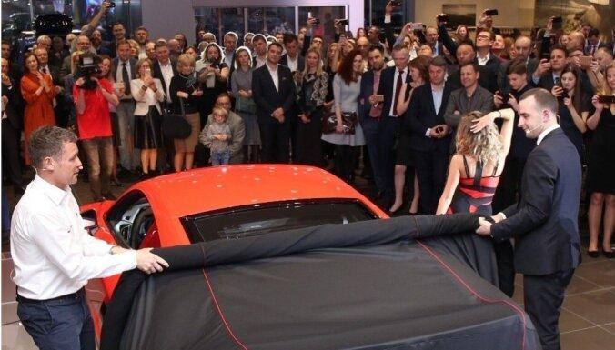 Foto: Ar Lemānas sacīkšu leģendas Kristensena dalību atklāj jauno 'Audi' salonu Kauņā