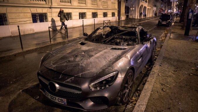 Kā pēc kara: Fotogrāfu iemūžinātie skati pēc Francijas protestiem