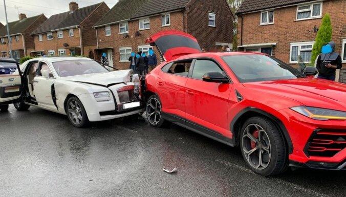 Foto: Lielbritānijā divu ļoti dārgu auto sadursme – 'Rolls-Royce' taranē 'Lamborghini'