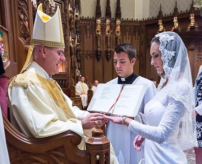 38 gadus veca jaunava oficiāli apprecējusies ar Dieva dēlu