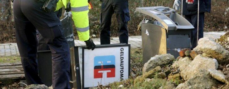 Vācijā pēc sadursmes ar bankomātu no sliedēm noskrējis preču vilciens