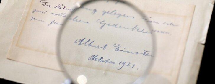 Pārdota zīmīte, kurā Einšteins aplido divreiz jaunāku studenti