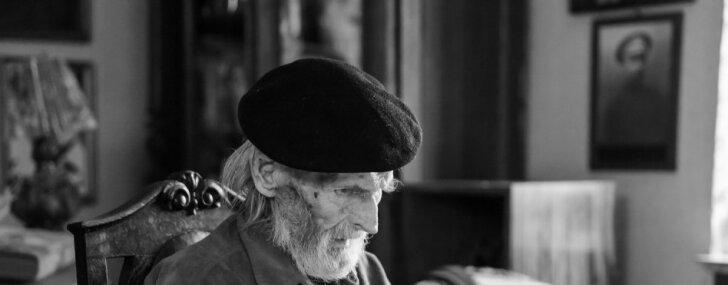 94 gadu vecumā mūžībā aizgājis tēlnieks Oļegs Skarainis