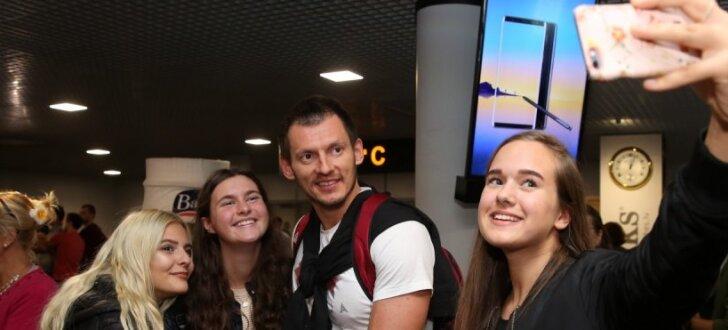 Foto: Pašiņi, autogrāfi un intervijas - Latvijas basketbolisti atgriežas no 'Eurobasket 2017'