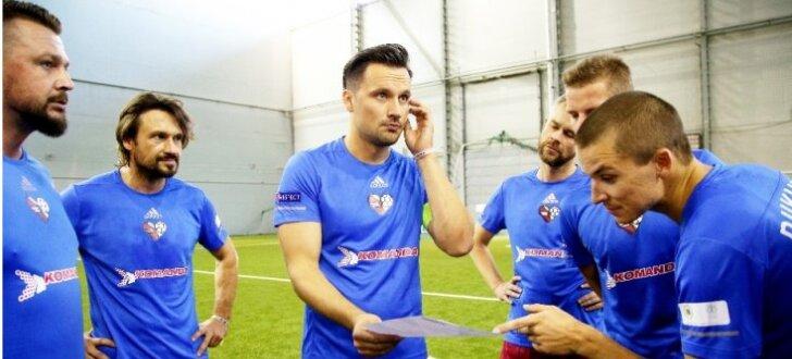 Foto: Latvijas slavenības tiekas Futbola dienas labdarības zvaigžņu turnīrā