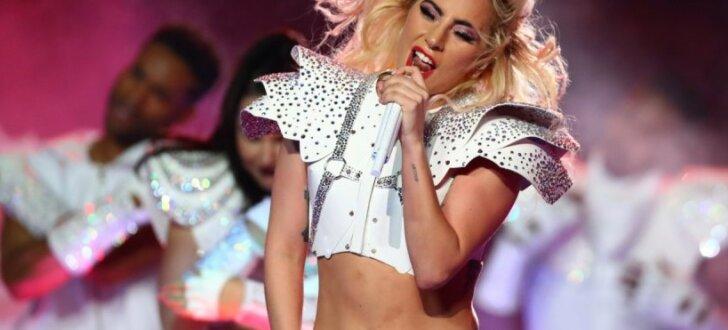 Lady Gaga iespaidīgā uzstāšanās 'Super Bowl' izcīņas puslaikā