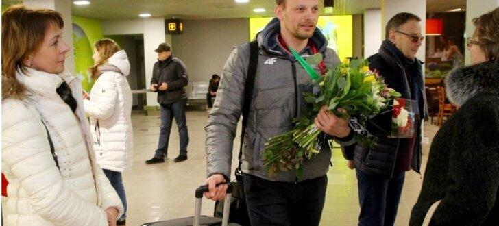 Foto: Latvijas skeletona izlase bez sava līdera atgriežas Latvijā