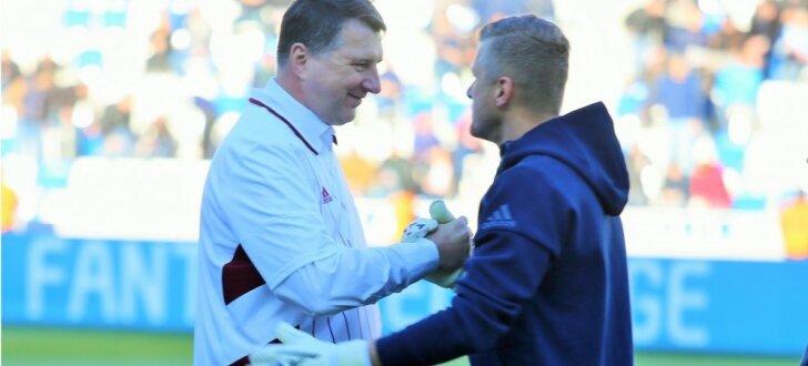 Foto: Latvijas futbola izlase nespēj iepriecināt Valsts prezidentu Vējoni