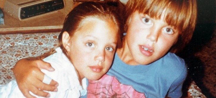 ФОТО: В СМИ попали неизвестные ранее детские снимки Анджелины Джоли