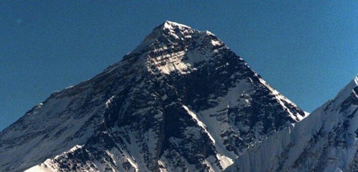 Власти Непала решили запретить пожилым людям взбираться на Эверест
