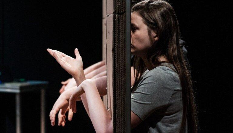 'Dirty Deal Teatro' piedāvā bez maksas apmeklēt Varšavas Nowy Teatr viesizrādi