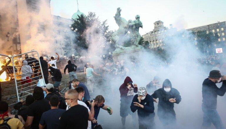 Serbijā otro nakti pēc kārtas turpinās vardarbīgi protesti