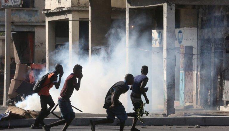 Foto: Demonstranti Haiti pieprasa prezidenta atkāpšanos