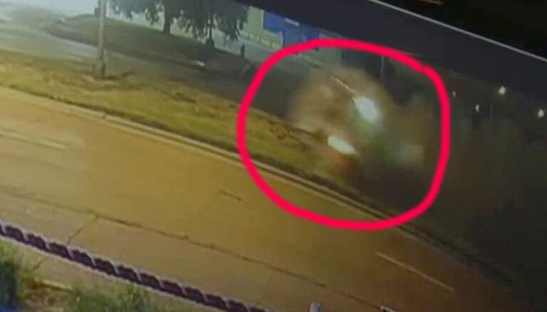 Video: Boksa čempions Spenss dzērumā avarē ar 'Ferrari', apmetot vairākus kūleņus