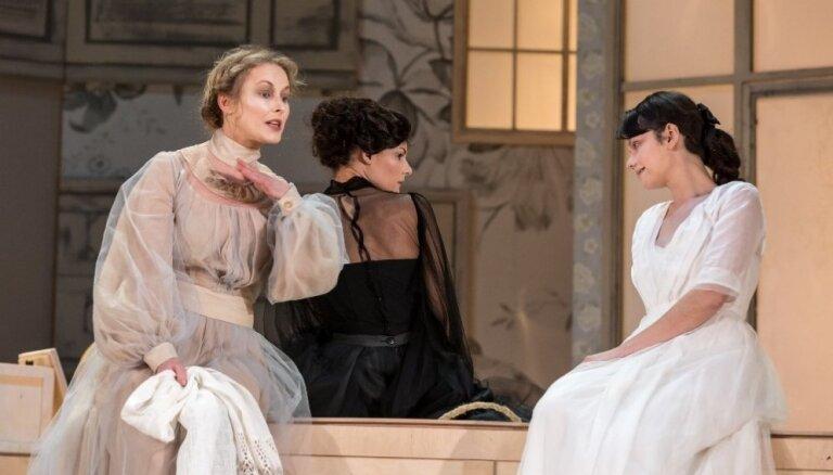 Foto: Žagara un Čehova 'Trīs māsas' Dailes teātrī