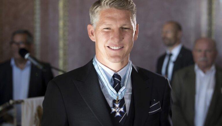 Vācu futbola zvaigznei Švainštaigeram piešķirts Bavārijas Goda ordenis